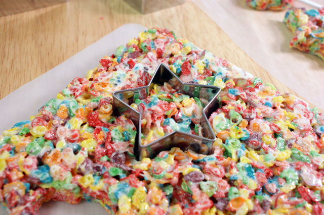 Magic Rainbow Krispie Pops - @candiquik